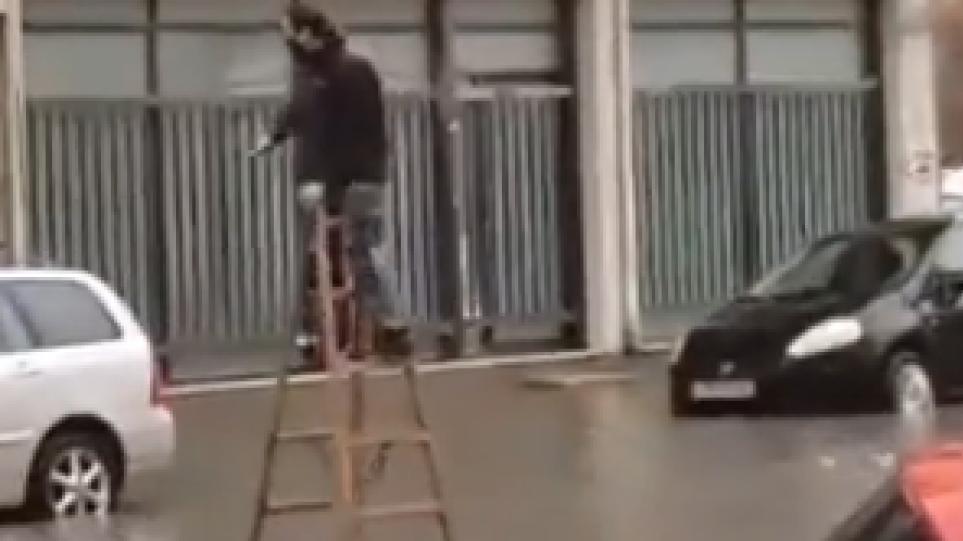 Βίντεο: Η σκάλα τον… έσωσε από την πλημμύρα