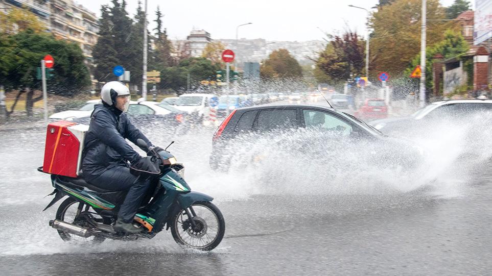 """""""Αγριεύει"""" ο καιρός από το μεσημέρι της Κυριακής: Που θα εκδηλωθούν ισχυρές βροχές, καταιγίδες και χαλαοζοπτώσεις"""