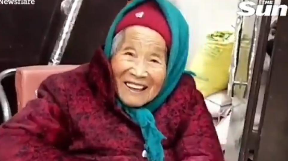 Βίντεο: 84χρονη γελάει όταν παίρνει γλυκό από την 107 χρονών μητέρα