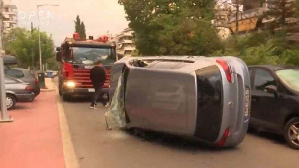 Σοβαρό τροχαίο στη Νέα Σμύρνη: Αυτοκίνητο αναποδογύρισε στην μέση του δρόμου