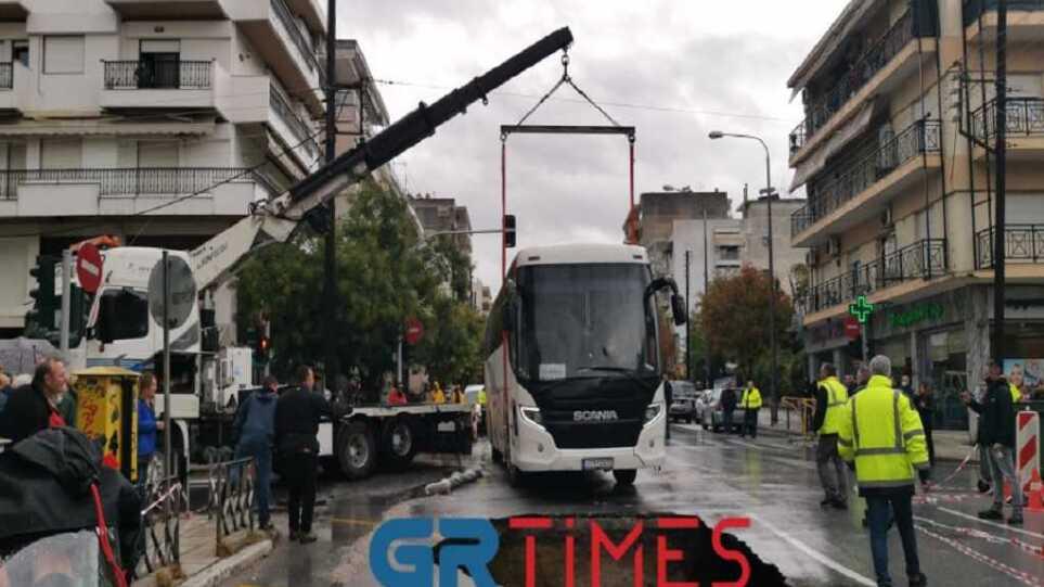 """Δείτε φωτογραφίες από την τεράστια τρύπα που """"κατάπιε"""" λεωφορείο στη Θεσσαλονίκη"""